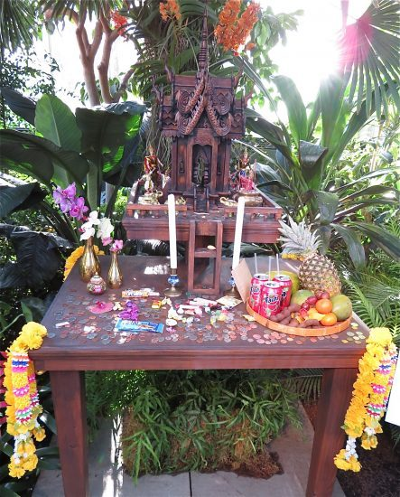 Offerings are made at spirit houses for protection (photo by twi-ny/mdr)