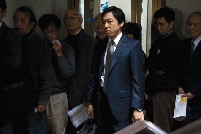 Ryuhei Sasaki (Teruyuki Kagawa) has trouble facing his sudden unemployment in Kiyoshi Kurosawas Tokyo Sonata